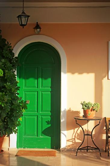 дверь входная зеленая для коттеджа