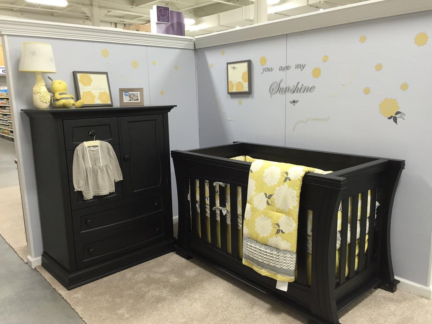 Delightful Dorchester Classic Crib With Chifferobe