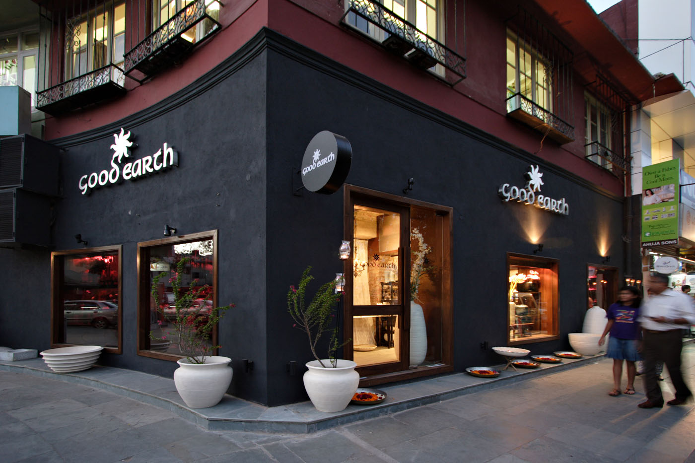 New Delhi This 2500 Sq Ft Retail Outlet For The Lifestyle Brand Good Earth Showcases The Brand S Home Decor Lifestyle Accessory Ranges
